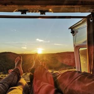 Vanlife mit Blick auf den Sonnenuntergang